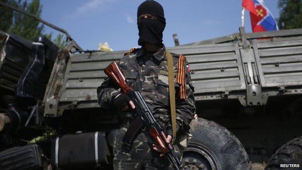 Um homem armado pró-russa próximos ao aeroporto de Donetsk. Foto: 29 mai 2014