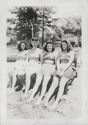 Gloria Album - Four women at the beach