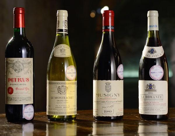 Algumas das garrafas de vinho da adega do Palácio do Eliseu, que foram leiloadas na França nesta quinta e sexta. (Foto: Eric Feferberg/AFP Photo)