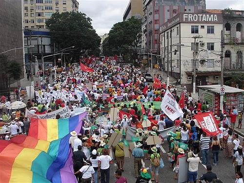 """Los movimientos de protesta popular son directamente controlados por fundaciones y """"organizaciones benéficas"""" que financian sus actividades."""