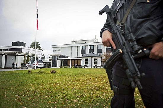 Policial guarda hotel nas proximidades de Oslo onde delegações da Colômbia e das Farc falaram a jornalistas