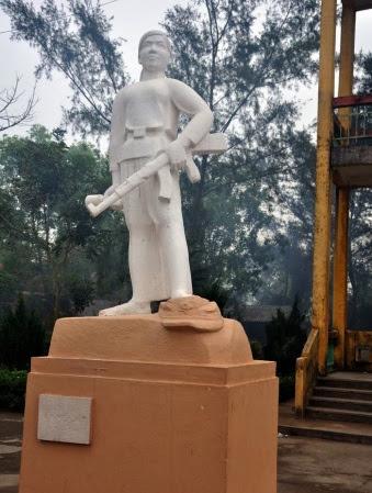 Tượng anh hùng Hoàng Thị Hồng  Chiêm (*)