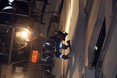 Un bombero comprueba el estado de un edificio tras el terremoto.   Reuters
