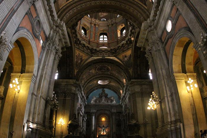 Interior da Igreja da Candelária no Rio de Janeiro