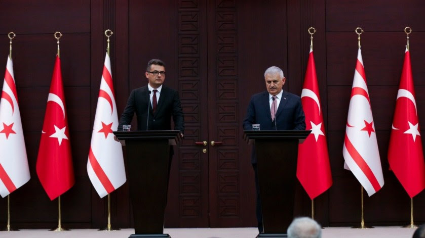 """Ο Τούρκος Πρωθυπουργός Μπιναλί Γιλντιρίμ με τον παράνομο ψευτο-""""πρωθυπουργό"""" Τουφάν Ερχουρμάν. Φωτογραφία Γραφείο του Πρωθυπουργού της Τουρκίας  Πηγή: Νέες εριστικές δηλώσεις από τον Γιλντιρίμ για τις έρευνες στην Κυπριακή ΑΟΖ http://hellasjournal.com/2018/03/nees-eristikes-dilosis-apo-ton-gilntirim-gia-tis-erevnes-stin-kypriaki-aoz/"""