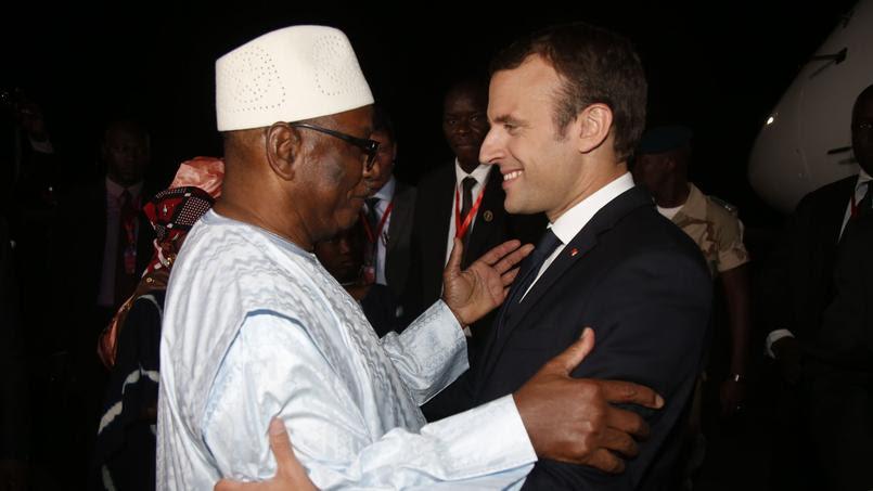 Emmanuel Macron salue le président malien Ibrahim Boubacar Keita à son arrivée au Mali, dans la nuit de samedi à dimanche.