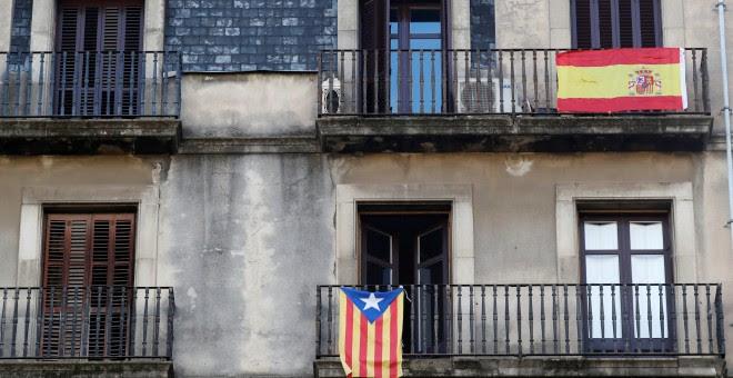 Balcones de un edificio de viviendas en Barcelona con la estelada y con la bandera española. REUTERS/Gonzalo Fuentes