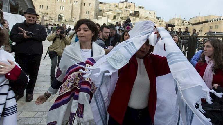 La policía detiene a un grupo de mujeres judías por orar como los hombres