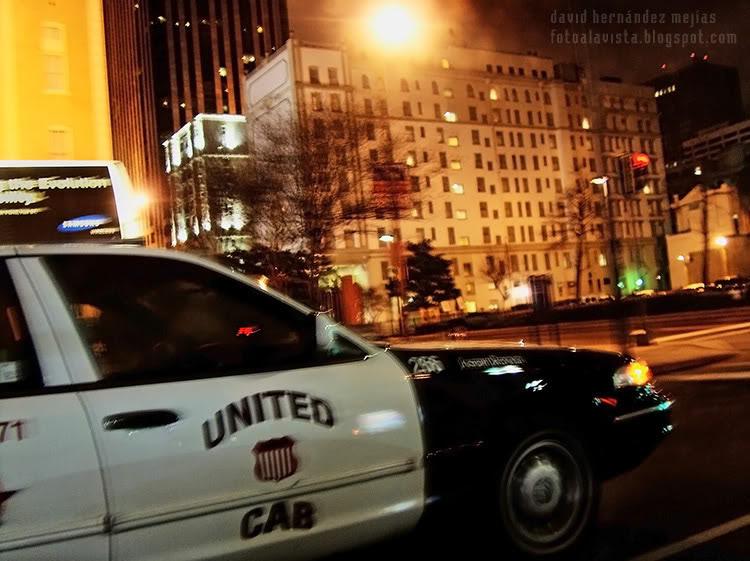 Un taxi pasa en la noche de Nueva Orleans, Estados Unidos