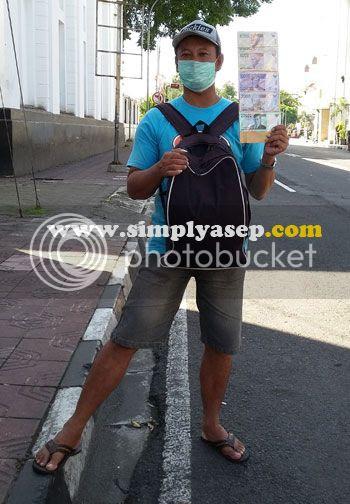 RESIKO : Seorang sedang menawarkan jasa penukaran uang di jalan KH Ahmad Dahlan, Jogjakarta (26/6).  Tukarkan uang anda di Bank Indonesia lebih baik, aman dan rahasia.  Foto Asep Haryono