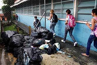 Com cerca de 2.160 alunos, escola em Mauá (Grande SP), tem apenas uma faxineira; estudantes convivem com lixo acumulado