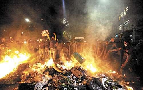 Barricada de lixo e entulho em chamas no centro de São Paulo: a menos de um mês do início do evento, problemas com a segurança nas cidades sedes alertam a comunidade internacional (Paulo Whitaker/Reuters)