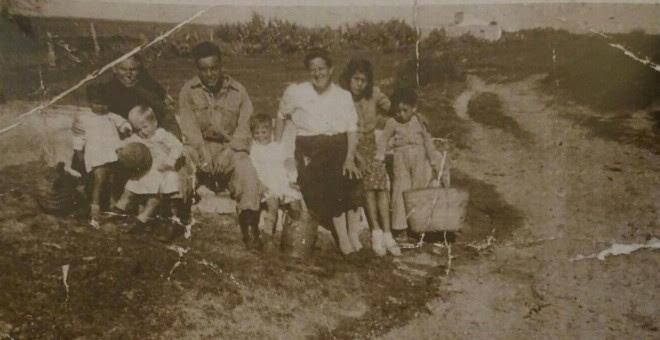 Familiares de visita en el campo de los Merinales