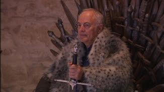 Un visitant assegut al Tron de Ferro dels Set Regnes