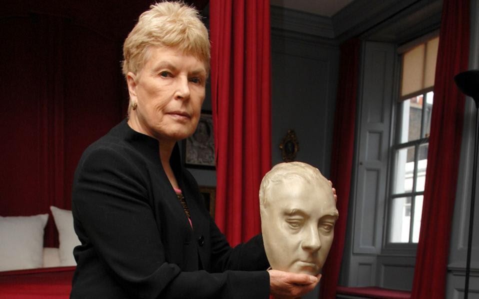 Η Ρουθ Ρέντελ σε φωτογραφία του 2009, κρατώντας στα χέρια της εκμαγείο του Χέντελ. Η Ρέντελ υπήρξε υποστηρίκτρια του μουσείου του μεγάλου συνθέτη.