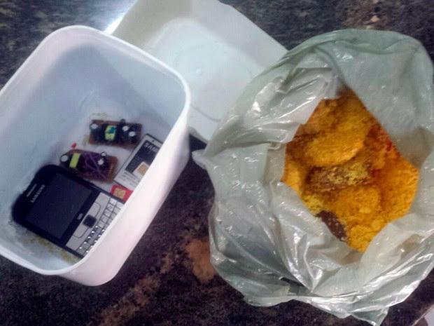 Celular, carregador e chips estavam escondidos em fundo falso (Foto: Heloisa Guimarães/Inter TV Cabugi)