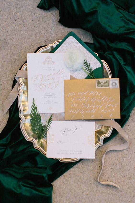 elegante gold-und Smaragd-Hochzeit Einladung-suite mit evergreens