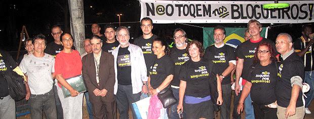 Protesto pela liberdade de expressão aconteceu perto do local do crime (Foto: Rodrigo Vianna / G1)