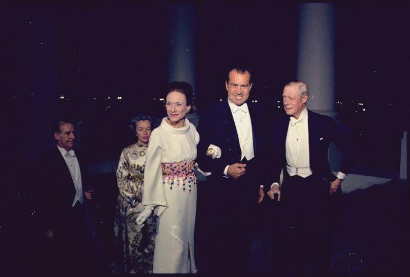 File:President Nixon greets the Duke and Duchess of Windsor - NARA - 194310.tif