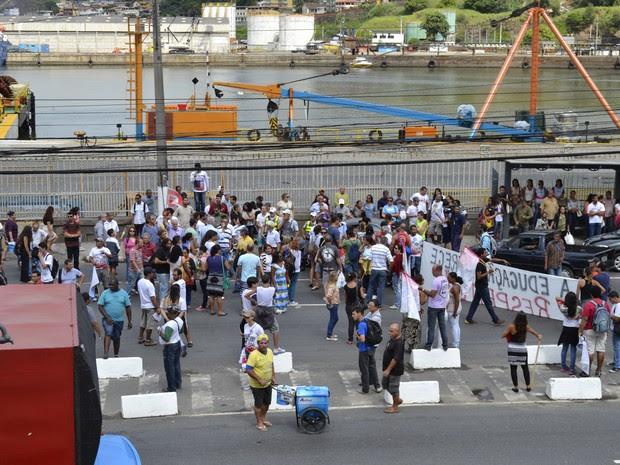 Manifestantes afirmaram que motorista tentou furar o bloqueio formado pelos professores (Foto: Viviane Machado/ G1 ES)