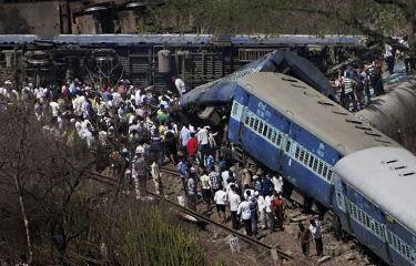 Tragédia ocorreu perto da estação de Roha, a 110 quilômetros de Mumbai. Vagões precisaram ser cortados no salvamento (Estadão Conteúdo)