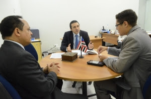 Os juízes Carlos Veloso e Nilo Ribeiro (centro) conversam com o assessor jurídico do município