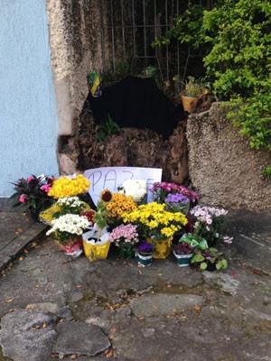 Flores são deixadas em frente ao consultório da dentista (Foto: Glauco Araújo/G1)