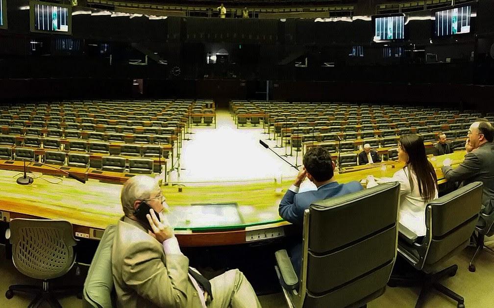 Plenário da Câmara dos Deputados nesta segunda-feira (17); sem quórum, parecer que recomenda rejeição de denúncia contra Temer não foi lido (Foto: Bernardo Caram/G1)