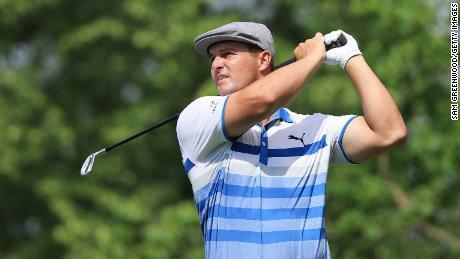 DeChambeau juega su tiro desde el tee 14 durante la primera ronda del Torneo Memorial.
