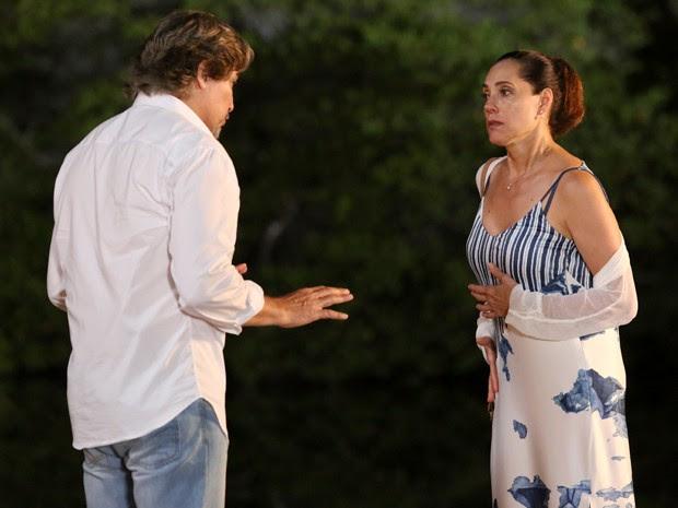 Marcelo encontra com Maria Inês e ela se irrita com sua presença (Foto: Carol Caminha/ Gshow)