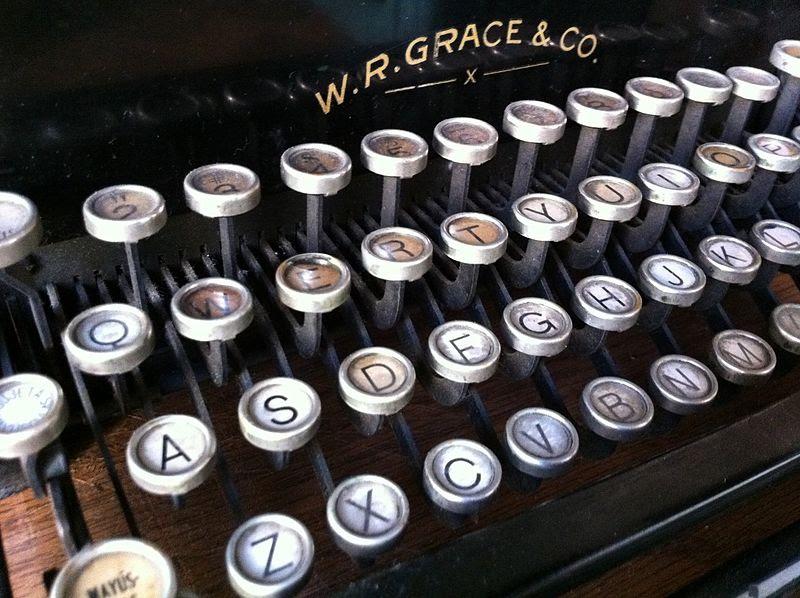 File:Chile - Santiago 43b - antique typerwriter (6834276976).jpg