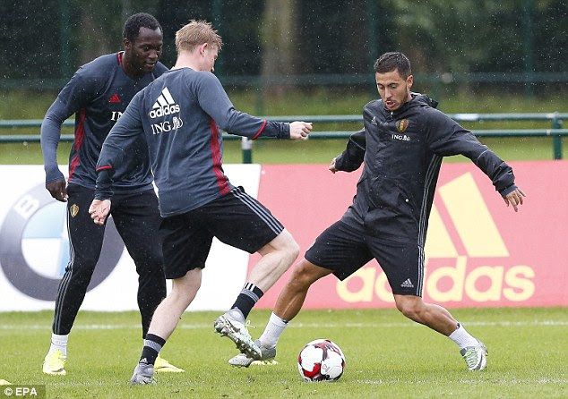 Lukaku watches on as Kevin De Bruyne and Eden Hazard battle during Belgium training