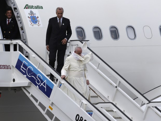 Vento retira barrete do para Francisco após desembarque em Cuba (Foto: Ramon Espinosa / AP)