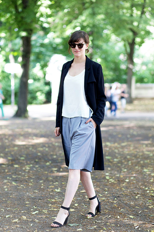 LE FASHION BLOG STREET STYLE FALL SHORTS CHIC MINIMAL WORK EVENT NIGHT OUT ROUND SUNGLASSES WHITE TOP LONG BLACK DRAPE JACKET GRAY CULOTTE MID LENGTH KNEE LENGTH SHORTS BAGGY STRAPPY HEEL SANDALS PART 1 SPRUCED JULIA ZIERER 1 photo LEFASHIONBLOGSTREETSTYLEFALLSHORTSPART1SPRUCEDJULIA1.png