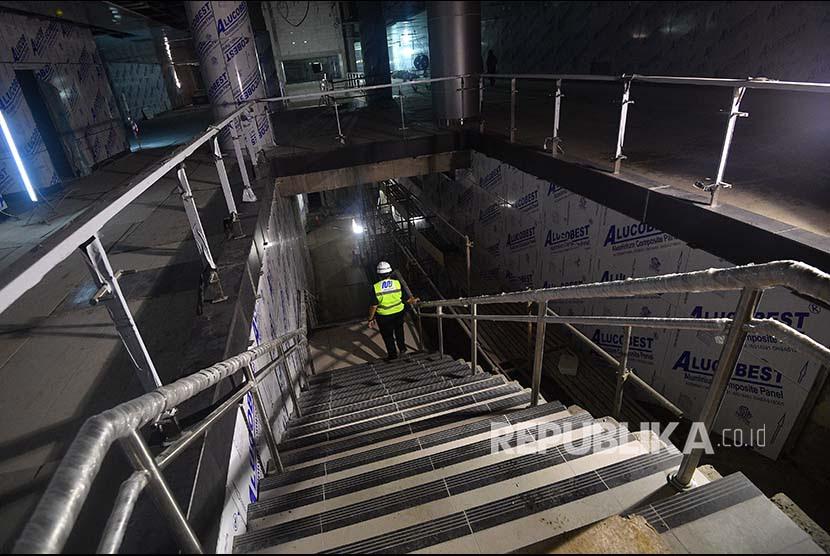 http://static.republika.co.id/uploads/images/inpicture_slide/pekerja-menuruni-tangga-di-stasiun-mrt-bundaraan-hi-jakarta-_180405212741-961.jpg