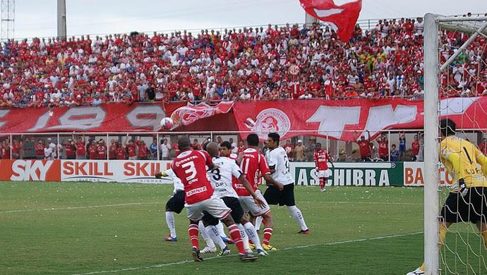 Clássico Rei foi disputado no estádio Nazarenão, em Goianinha (Foto: Augusto Gomes/GLOBOESPORTE.COM)