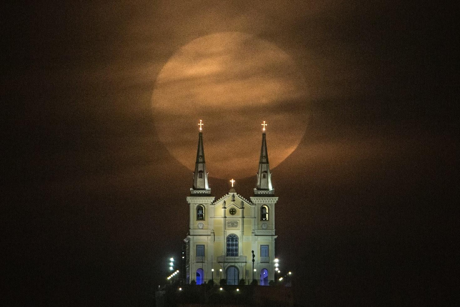 A lua brilhando sobre a tradicional Igreja da Penha, um dos símbolos do subúrbio carioca. Foto Yoshuyoshi Chiba/AFP