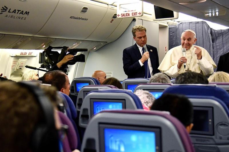 Papa FRancisco habla con la prensa en el avión que lo llevó de regreso a Roma.