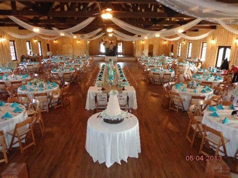 I love a good mix of long tables with rounds! Here, the