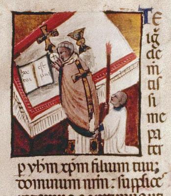 Um dia, em plena Missa, ao partir a Sagrada Forma, saiu dEla sangue que empapou o corporal.