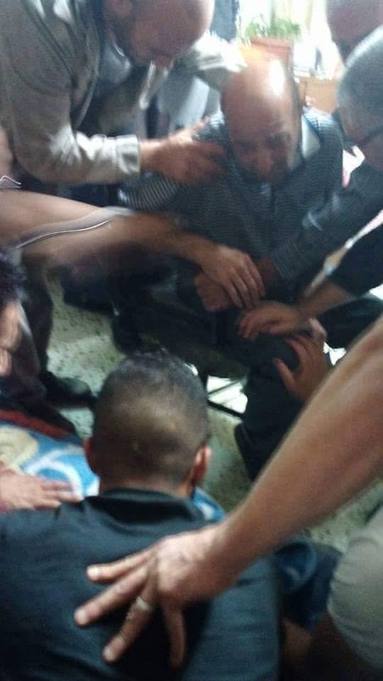 #صورة.. والد الشهيد علي الشيوخي يلقي عليه نظرة الوداع