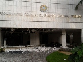 Prédio da Procuradoria Regional da Fazenda Nacional no Recife teve fachada danificada por explosão no Santander da Agamenon (Foto: Everaldo Silva/TV Globo/WhatsApp)