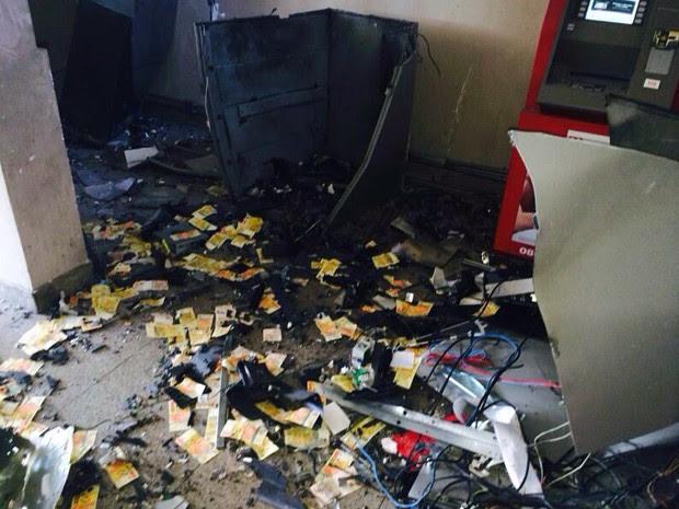 Criminosos explodem três caixas eletrônicos em Roseira, SP  (Foto: Reprodução/TV Vanguarda)