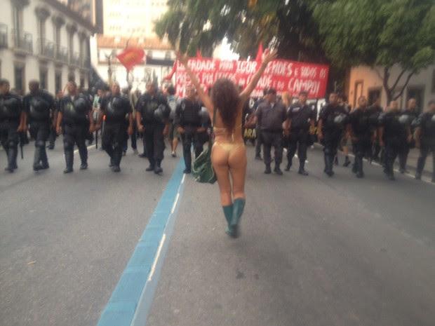 Ativista de biquíni anda à frente dos policiais (Foto: Daniel Silveira/G1)