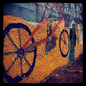 Mujeres de la comunidad de Pavas elaboraron mural con más de 90 mil tapas de refrescos