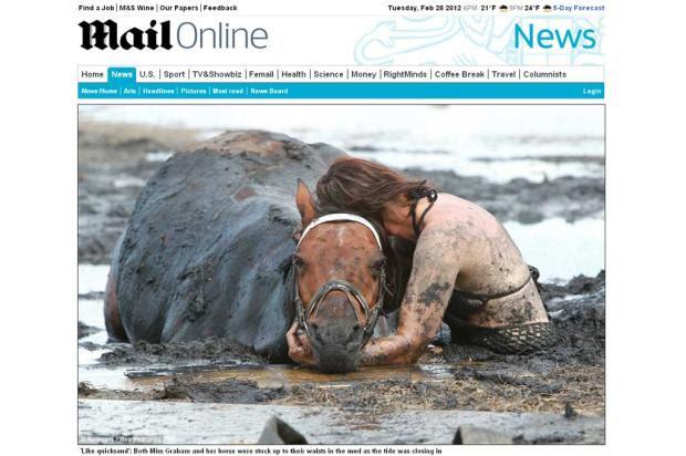 Mulher fica mais de três horas na lama tentando salvar cavalo que ficou atolado na Austrália Mail Online, Reprodução/