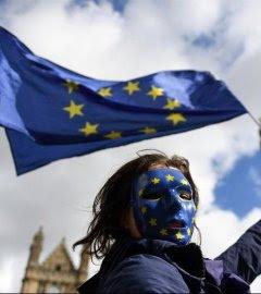 Manifestantes a favor de la Unión Europea protestan en los exteriores del parlamento en Londres. - EFE