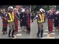 Este policía baila mientras dirige el tráfico en Tailandia