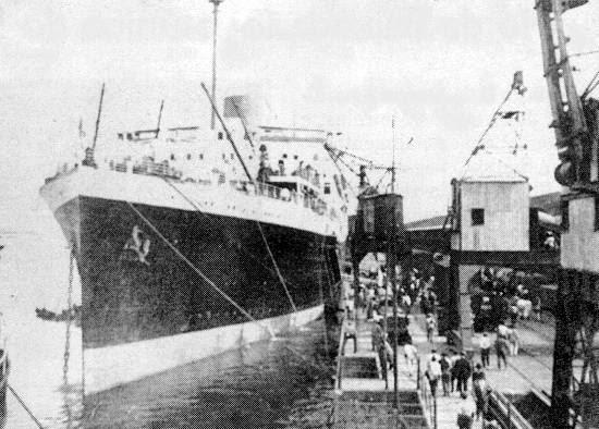 O 'Asturias' no cais do armazém 16 do porto de Santos, em foto de J.C. Rossini