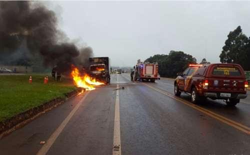Caminhão furgão pega fogo na BR-277